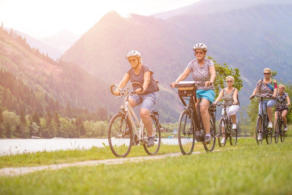 fietsers langs drau