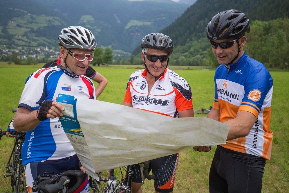 racefietsers met kaart