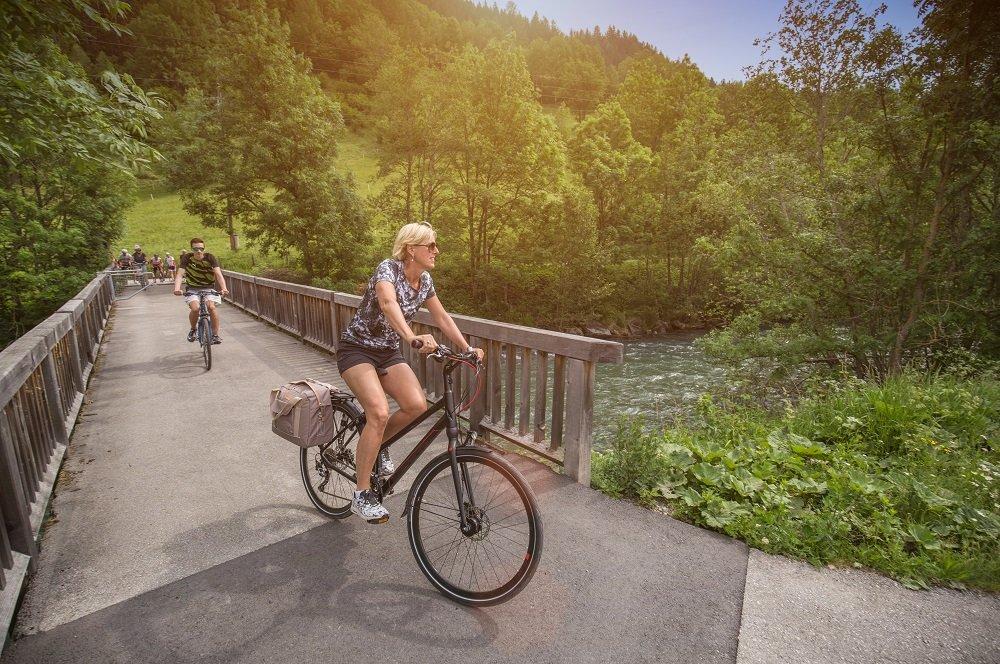 fietsers op brug 7