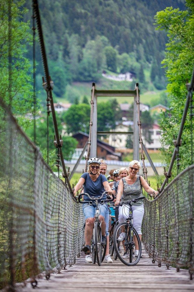 fietsers op brug