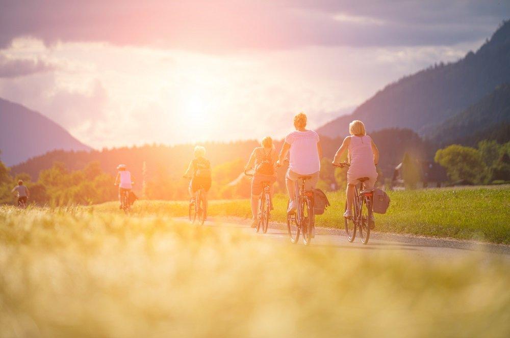 fietsers op rug