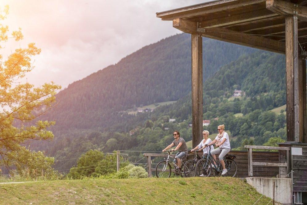 3 fietsers bij brug