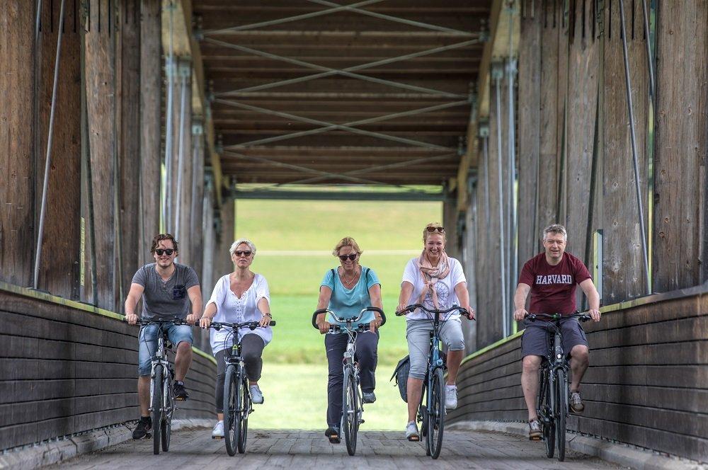 5 fietsers op fiets