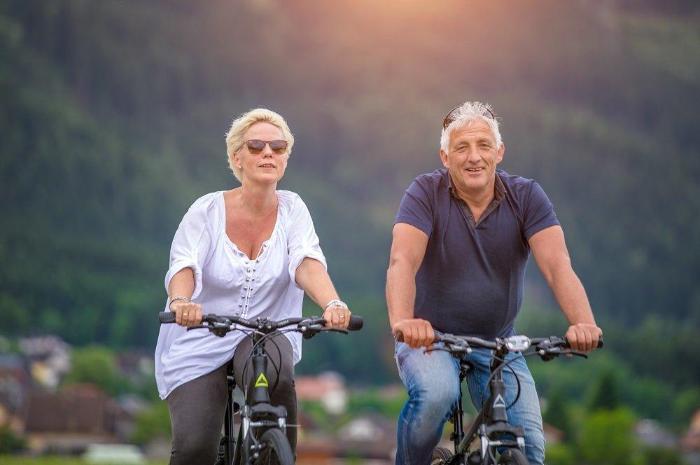 stel op fiets met bergen