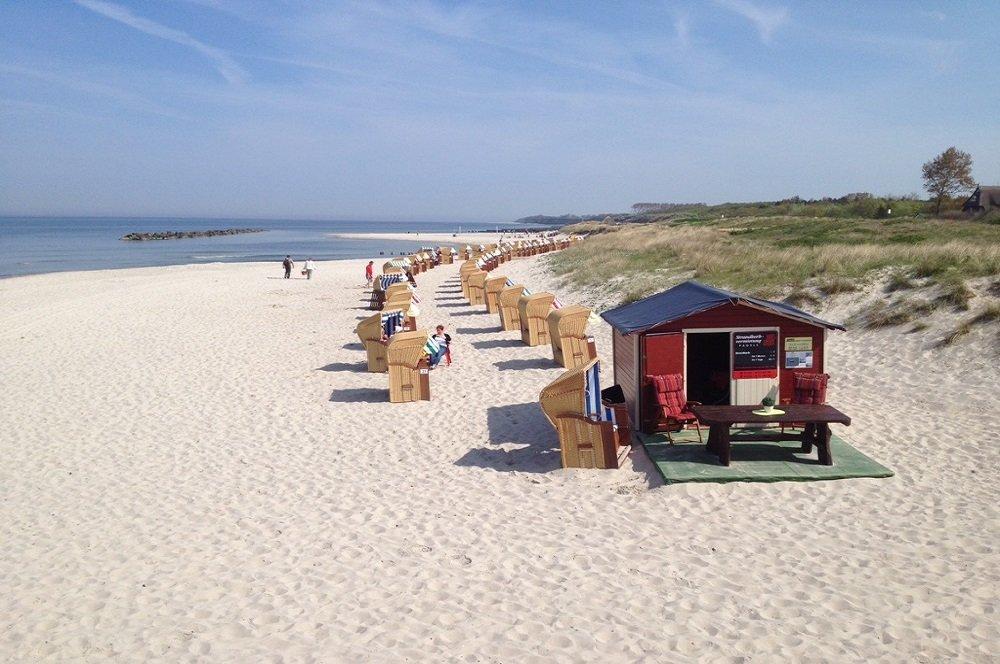 oostzeekust strand met strandstoelen