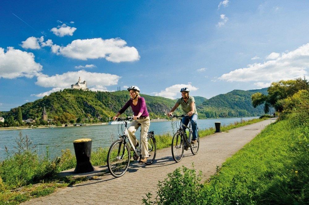 fietsers duitsland met kasteel op achtergrond Rijn