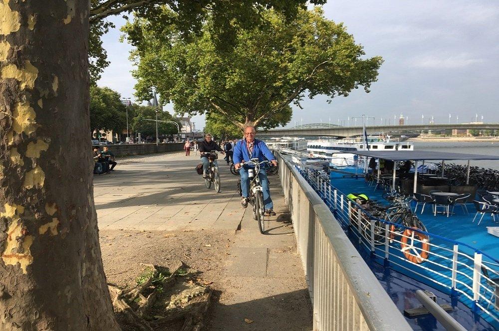 fietsers aan de Rijn bij Keulen