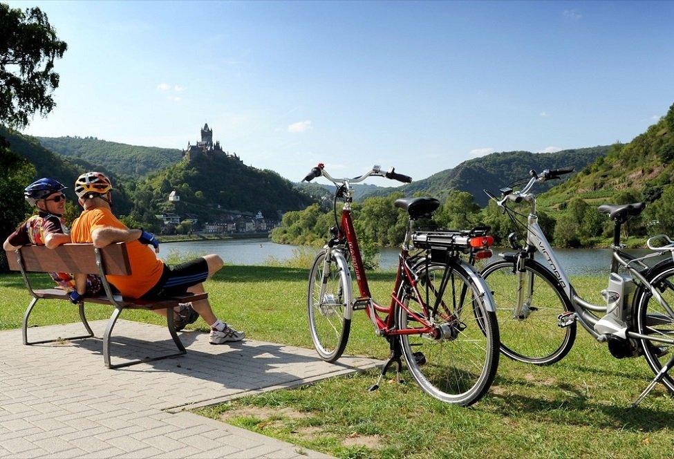 fietsers langs de moezel