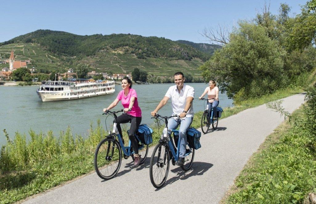 w_passau-wenen  fietsers langs de donau met cruise schip
