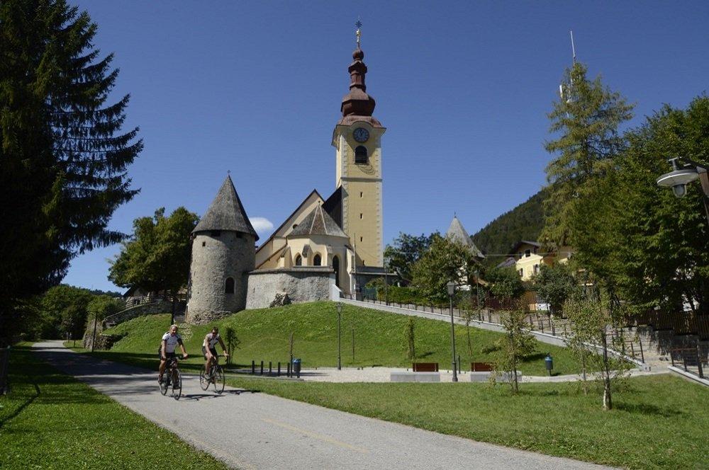 alpe adria fietsers voor kerk