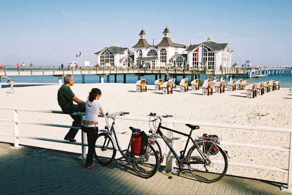 seebad oostzeekust met fietsers ervoor