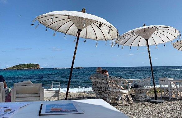 strand met strandstoelen