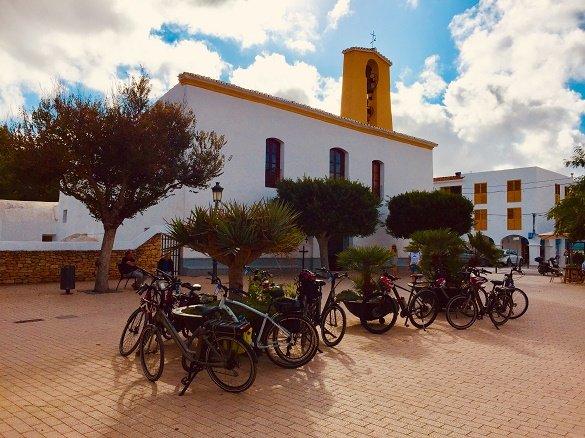 fietsers bij kerk Ibiza