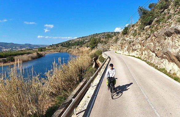 fietsen langs rivier antella