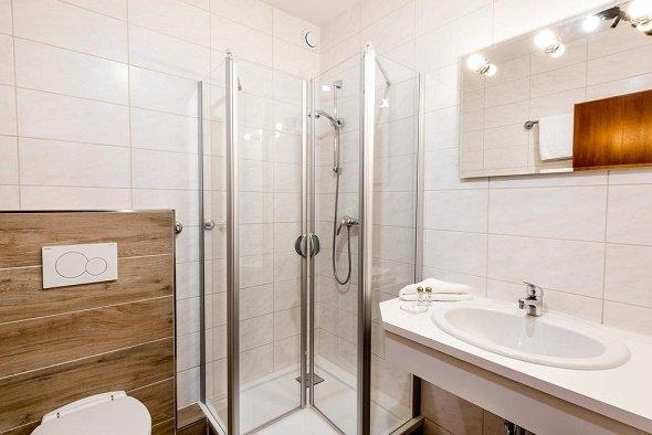 aparthotel kleinwalsertal badkamer