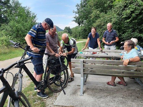 fietsers band plakken