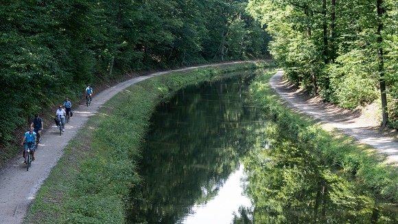 rivier met fietspad