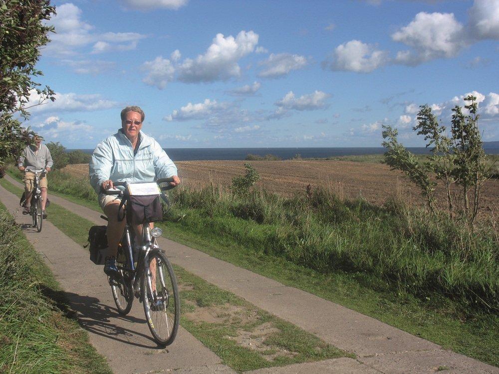 Dame op fietspad Oostzeekust