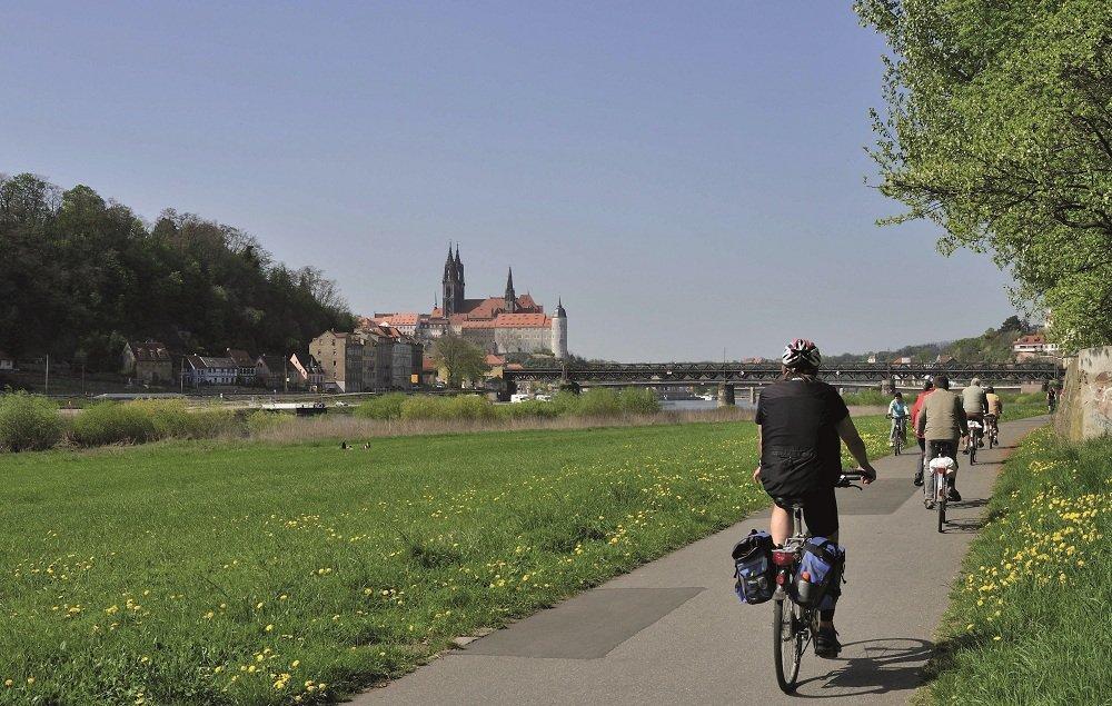 Fietsers op fietspad met gezicht op Meissen