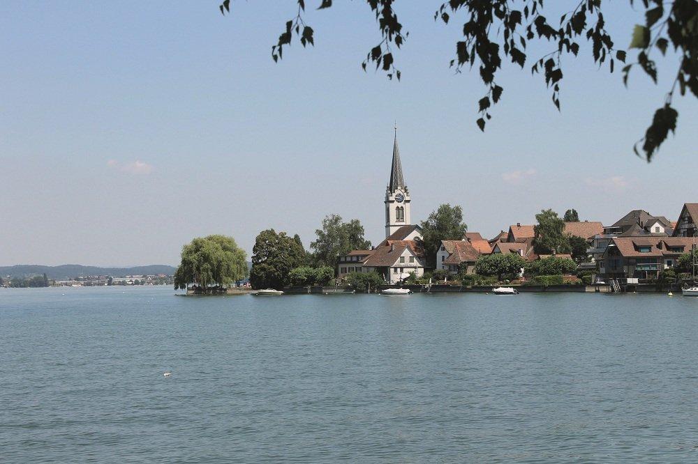 Bodensee, gezicht op kerk over het meer heen.