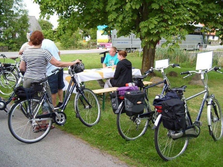 fietsers bij picknicktafel