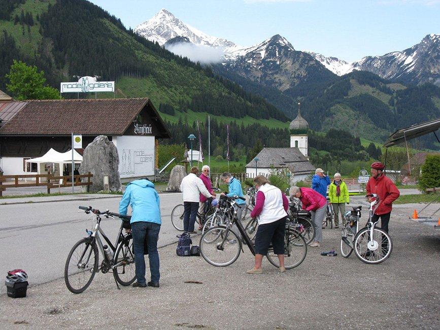 groep gasten bij fiets