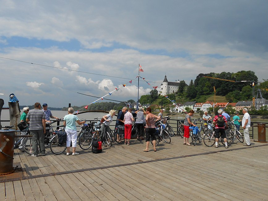 fietsers op de kade