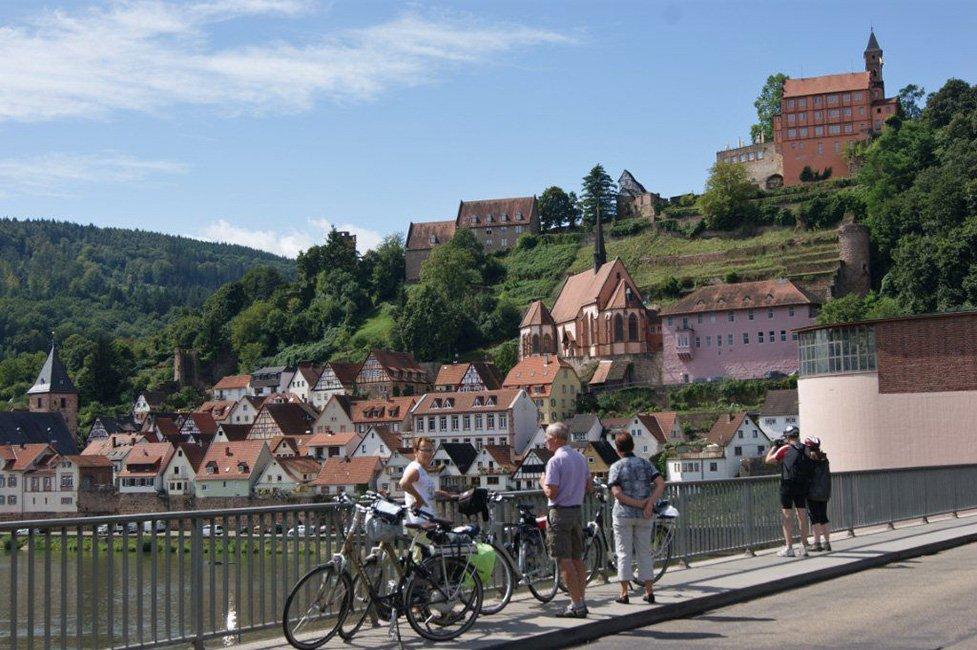 fietsers langs rivier