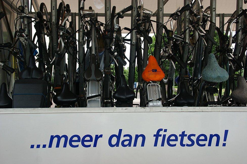 Fietskar met fietsen