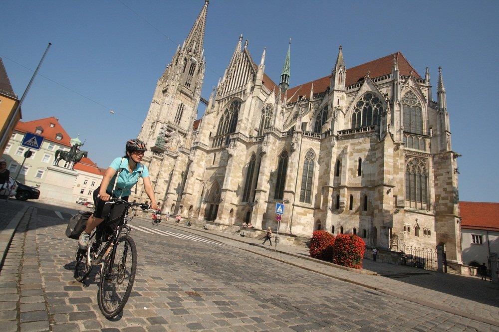 Dom van Regensburg met fietser
