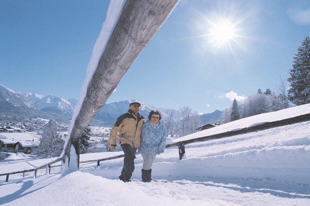 2 wandelende mensen in sneeuw