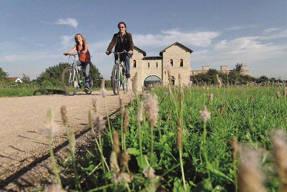 fietsers met achtergrond kasteel