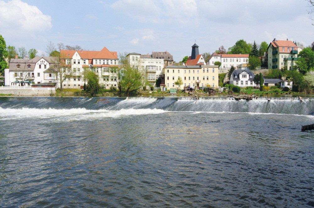Snelstromend water langs stad