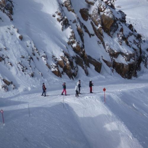 Fital skiërs op de gletscher