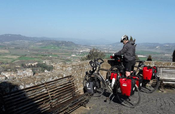 Onbegrensd Fietsen naar Rome - uitzicht vanaf Orvieto over Toscaans landschap|Fitál Vakanties