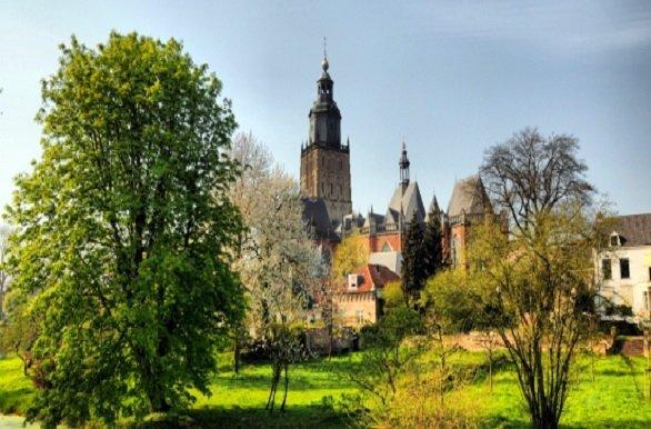 Fietsen en varen langs oude stadjes als Hoorn, Enkhuizen, Deventer, Zwolle en Wijk bij Duurstede tijdens de Fietscruise Hanzesteden IJsselmeer