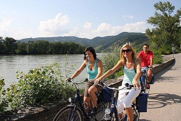 Fietsers langs de Donau