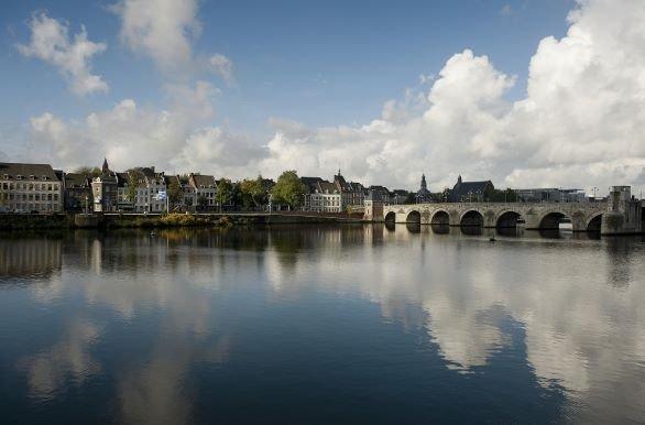 vergezicht Maastricht over water