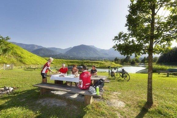 Fietsen in Karinthië picknick bij meer
