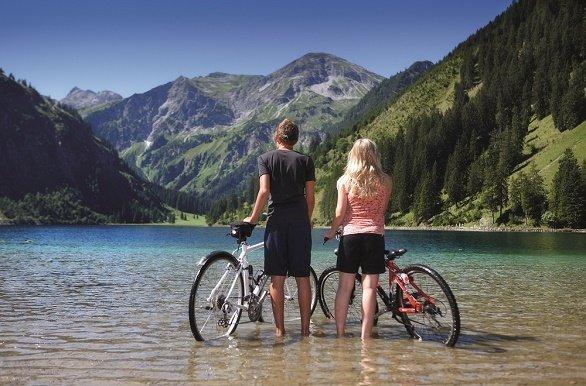 Twee fietsers in de VILSALPSEE met op de achtergrond bergen