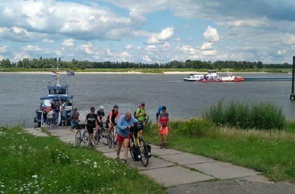Oversteek met het pontje tijdens de fietsvakantie Millingen aan de Rijn