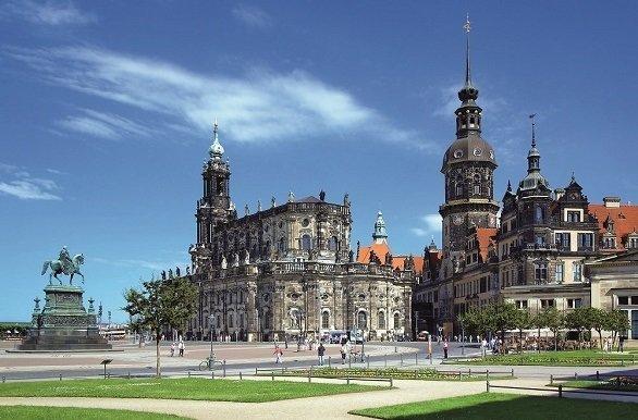 Fietsen langs de kathedraal tijdens de fietsvakantie Elbe