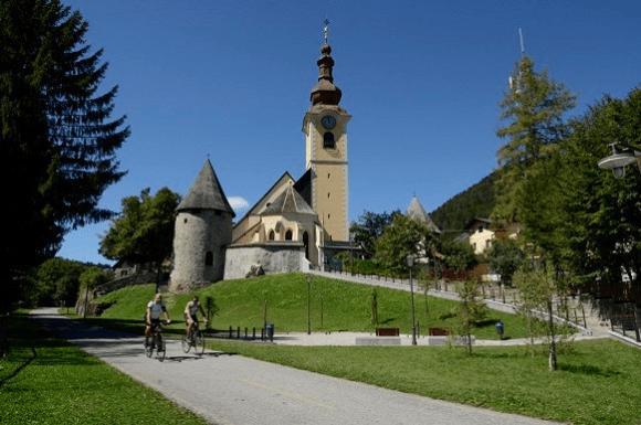 Fietsers bij kerk tijdens fietsvakantie Alpe Adria
