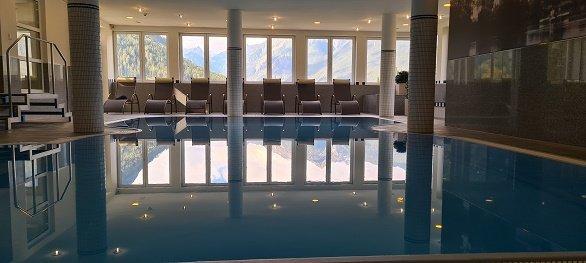 Hotel Arzlerhof zwembad met ligstoelen