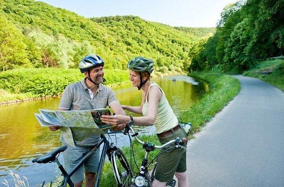 fietsers langs de lahn met fietskaart
